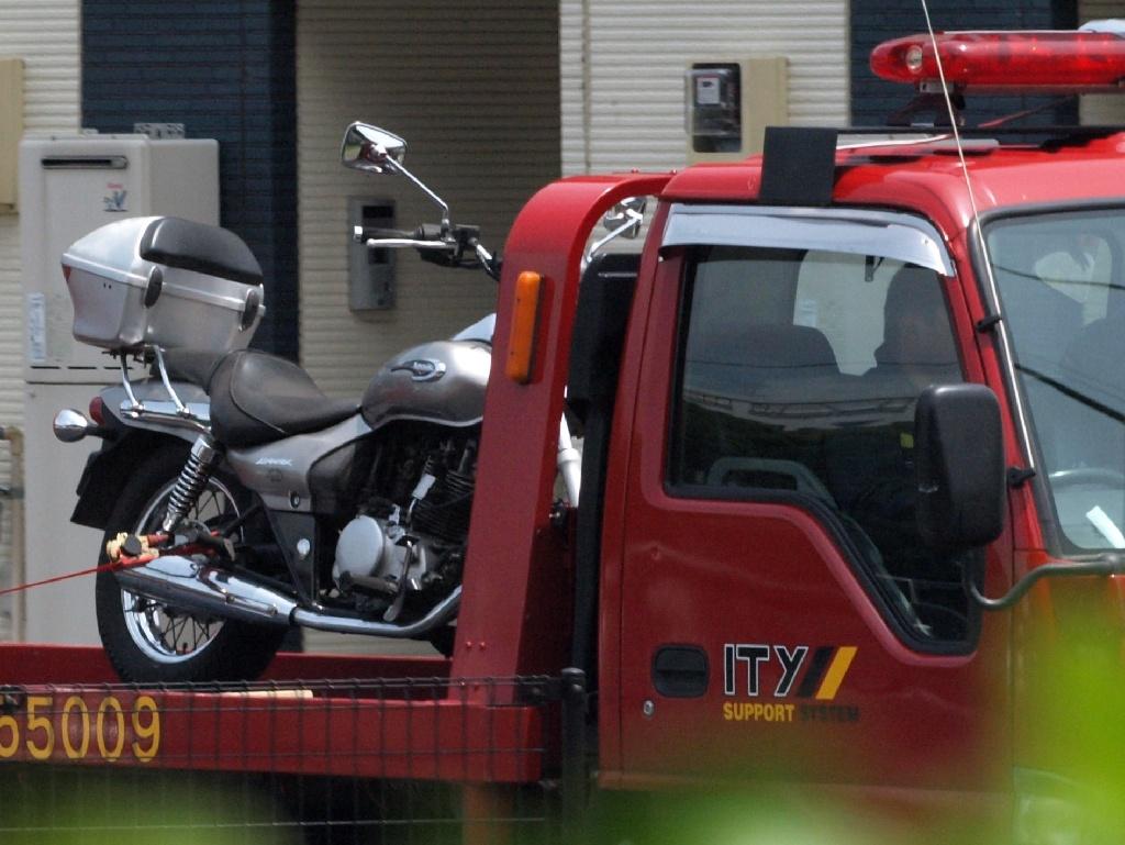 レッカー車に載せられたバイク